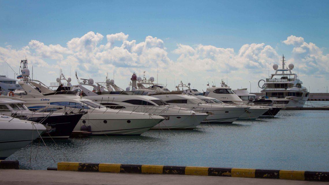 Сочинский яхт-клуб днем