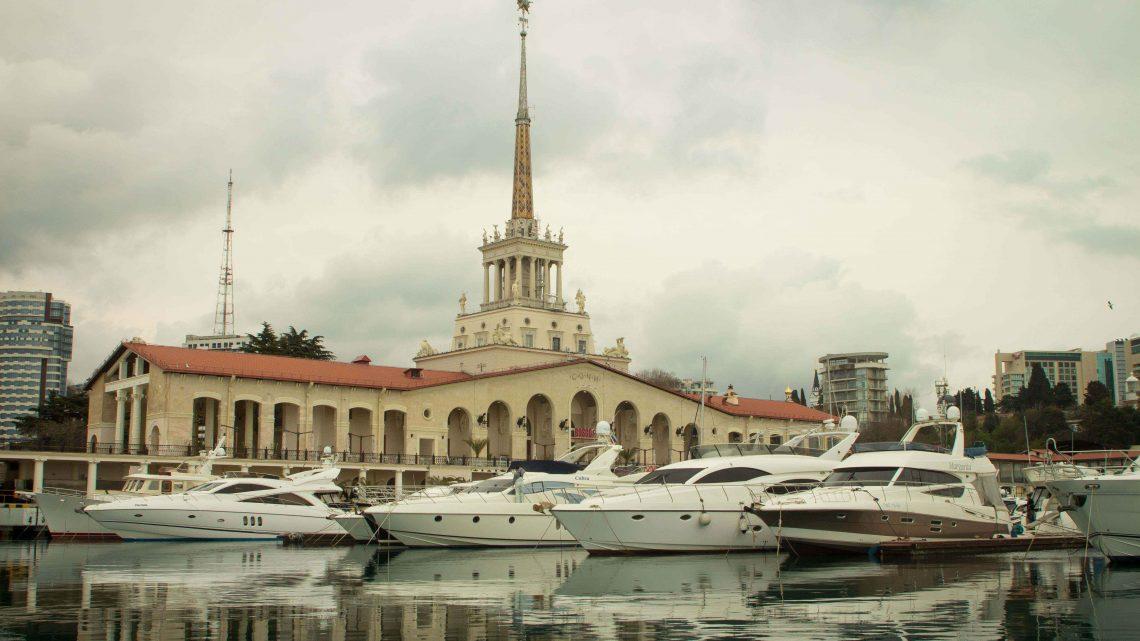 Белоснежные яхты в порту Сочи