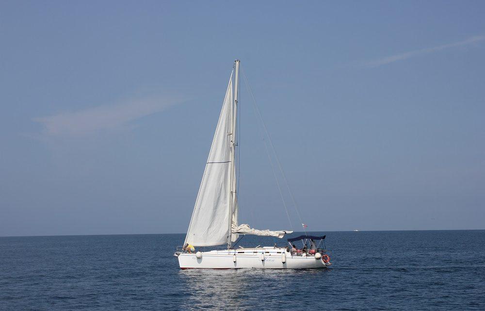 В море парусники Сочи