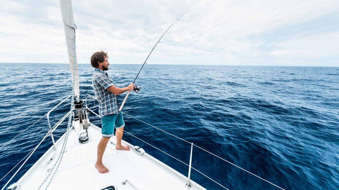 Мужчина на рыбалке в море