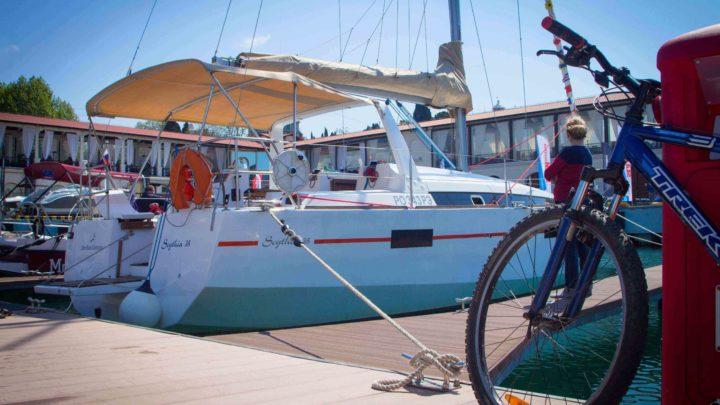 Белоснежная парусная яхта в Сочи