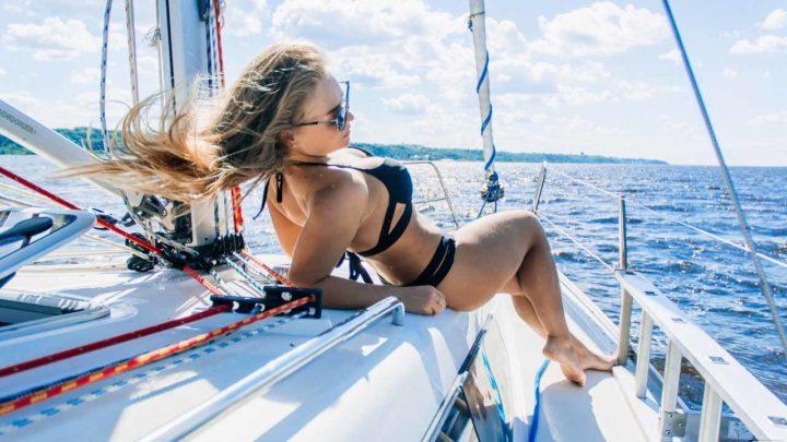 Девушка на яхте в море
