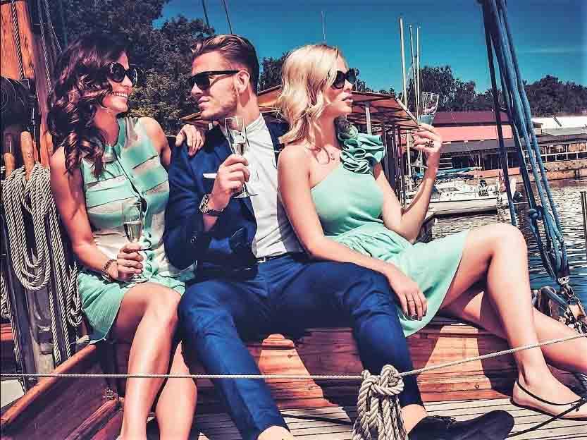 Праздничный обед на парусной яхте
