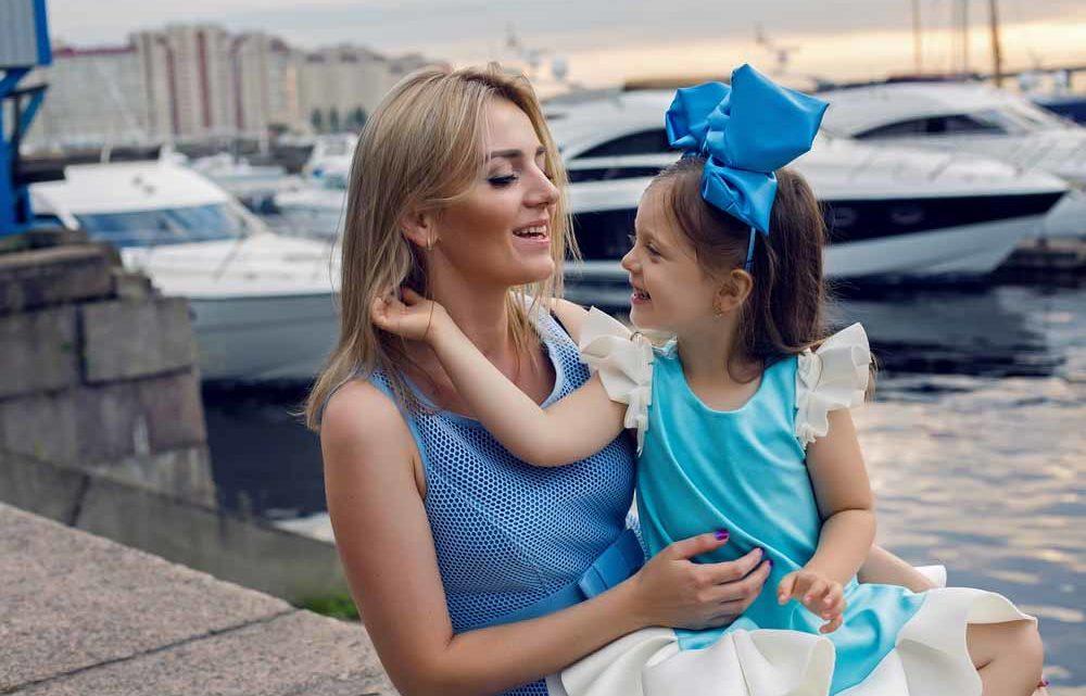 Женщина с девочкой в порту