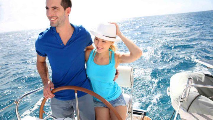 Молодые люди на яхте в море